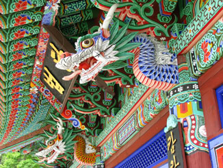 Vibrant Temple Colors in Seoraksan Park