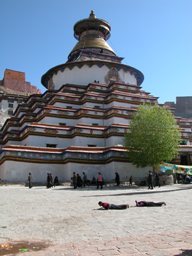 Kumbum at Gyantse with prostrators